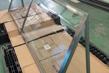 飛沫防止用ガラスつい立